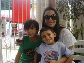 Minha filha Priscila com seu filho João  Pedro e sobrinho Pedro no colo