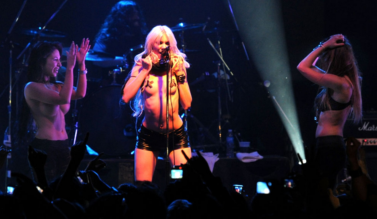 taylor momsen showing off her tape up nipples on stage best free