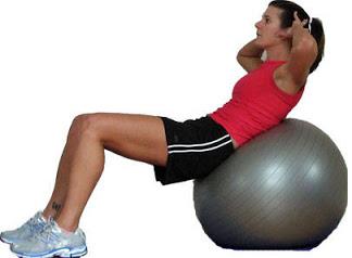 Crunch dengan bersandar pada bola