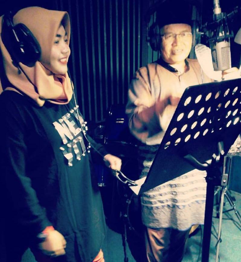 Deena Dalam Studio Bersama Omara