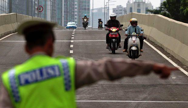 BENER GAK SIH!? Lebih Baik Ban Bocor Daripada Ketilang Polisi, POLISI BRINGAS, POLISI KEKERASAN, POLISI TELADAN POLISI TILANG