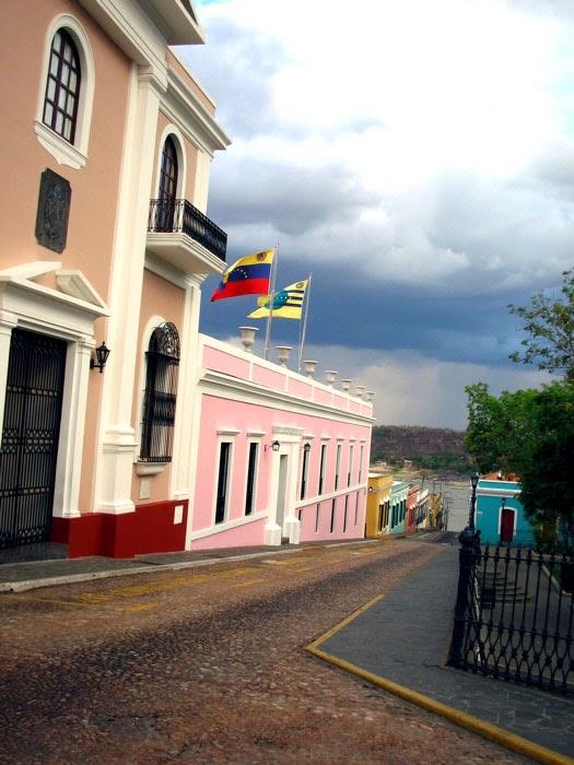 Casa del Congreso de Angostura en Ciudad Bolívar, junto a la Plaza Bolívar. Por Nicholas Laughlin (2007)