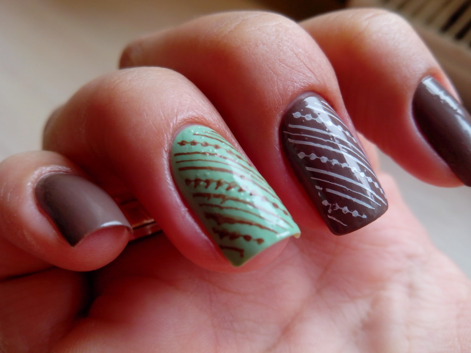 Рисунок шоколадки на ногтях