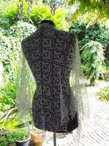 TE KOOP.  LINNEN shawl, licht grijs.