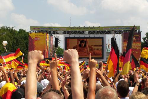 Miles de personas viendo una película pornográfica en el Festival Porno en Berlin, Alemania | Ximinia