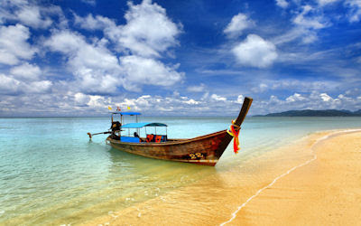 Barco tradicional en las hermosas playas de Tailandia