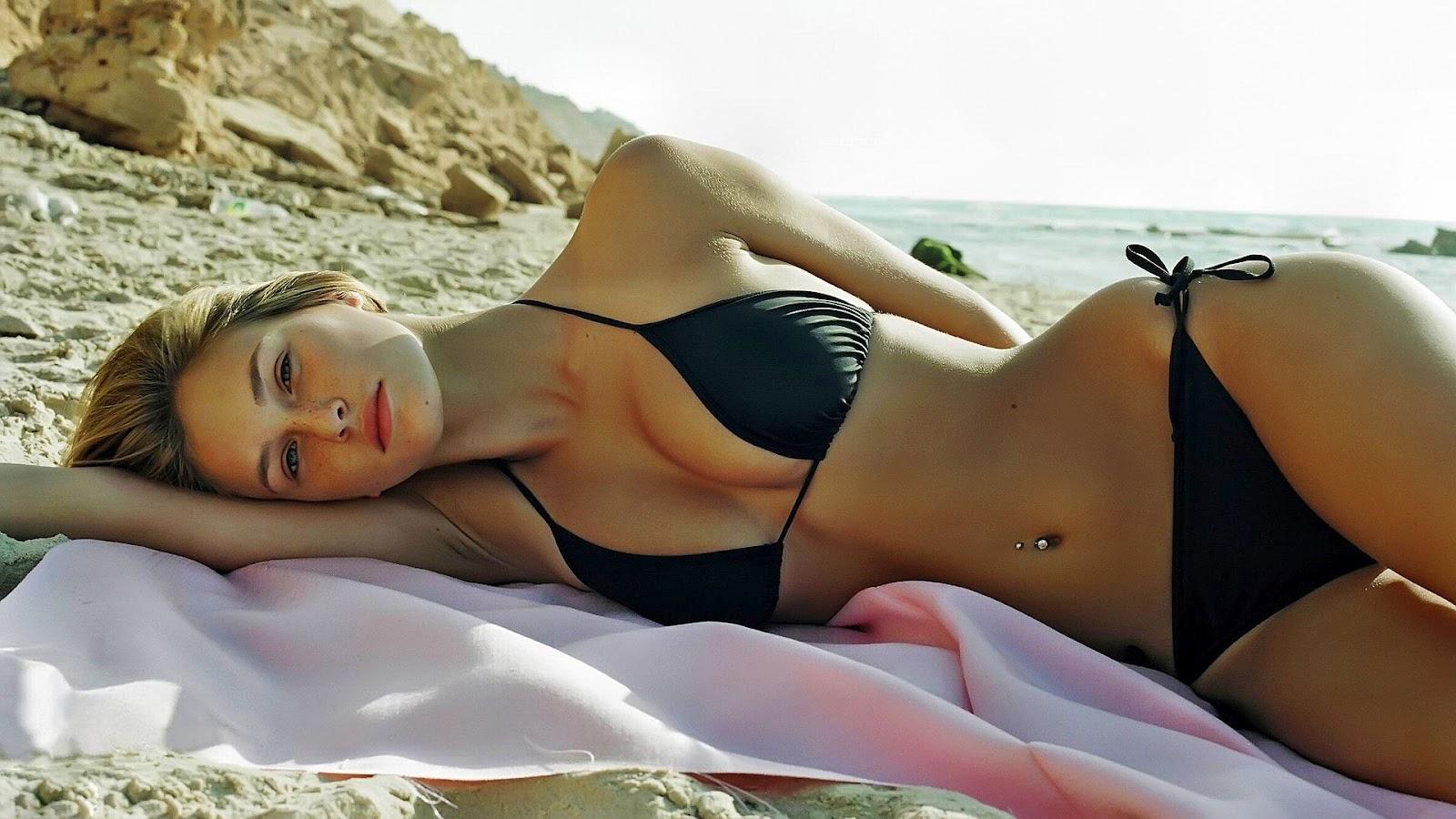 http://4.bp.blogspot.com/-C2v8w0EfI0E/UB40pYDNOsI/AAAAAAAAEZU/4yNAejG1BN4/s1600/hd-bikini-achtergrond-met-een-mooie-meid-die-ligt-te-zonnen-op-het-strand-zomer-wallpaper.jpg