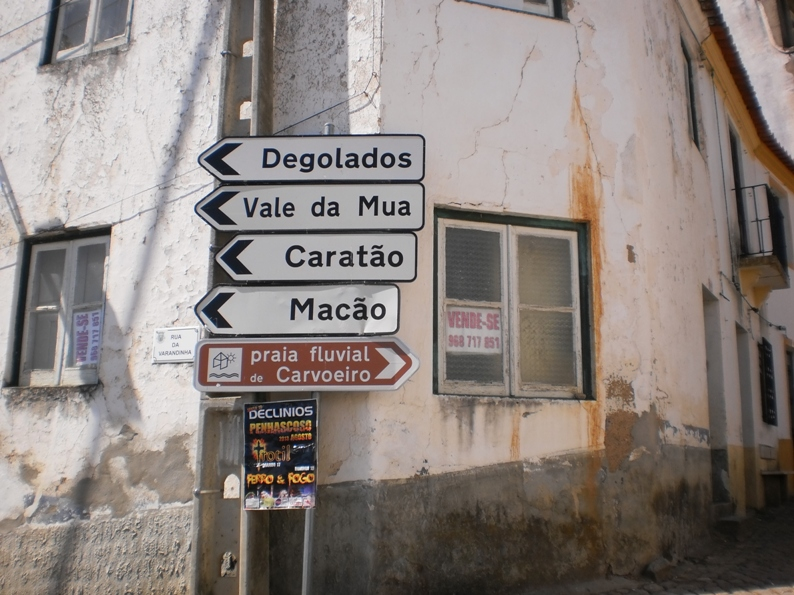 Placas indicativas da praia fluvial do Carvoeiro