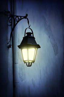 http://4.bp.blogspot.com/-C31yEmrIvKg/TpTbOI7vABI/AAAAAAAAATk/V5kp6_4_JLI/s1600/street+lamp+at+night.jpg
