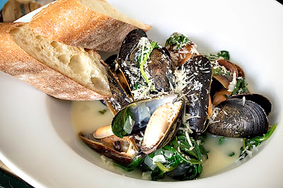 Mussels w/ Spinach & White Wine Broth