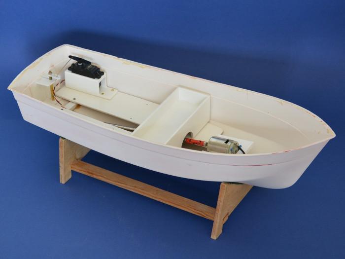 Graupner Marina - Neues Innenleben: Neue Servohalterung und Akkuschale aus Holz gefertigt