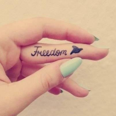 chica con los dedos tatuados 36
