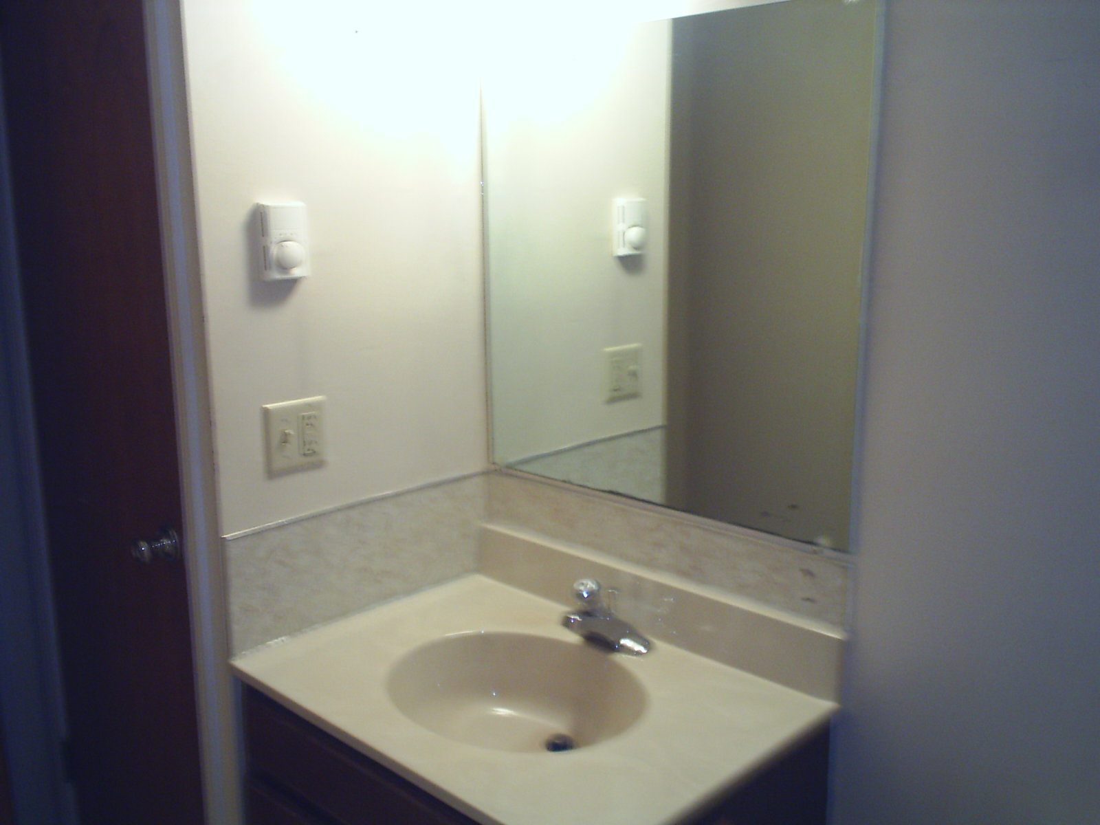 http://4.bp.blogspot.com/-C3sGMETBjWU/ToRooCbci8I/AAAAAAAACM4/cSuTd0oKRVU/s1600/Bathroom+mirror+before.jpg
