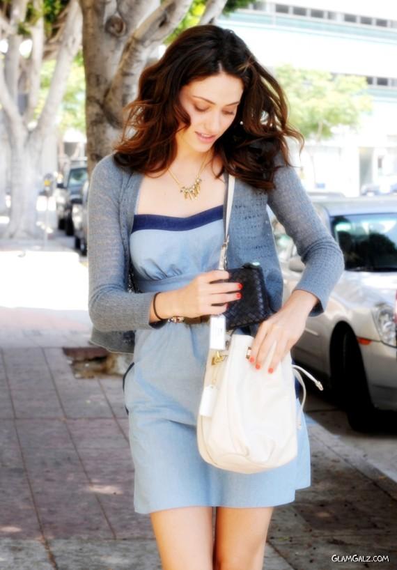 http://4.bp.blogspot.com/-C3yEY193Xmk/TklBMwe9PpI/AAAAAAAAFEk/MfSfoe6jH2k/s1600/emmy_rossum_street_fashion%2B%25281%2529.jpg