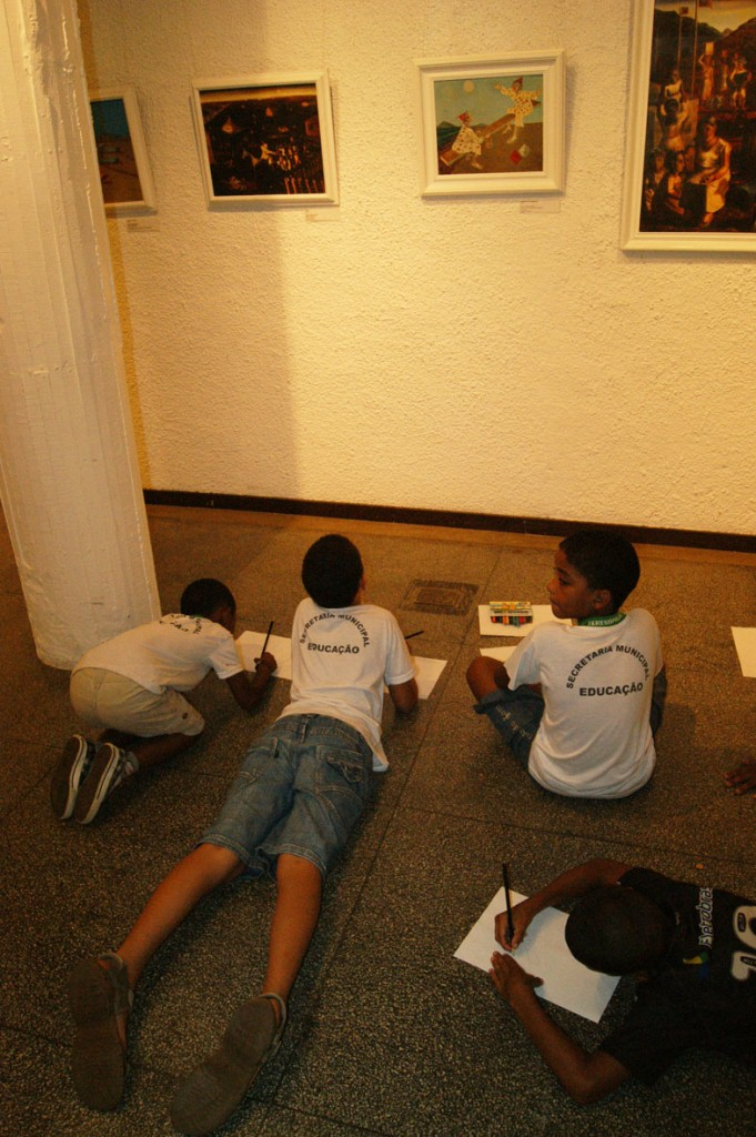 Os alunos se inspiram nas obras do artista para fazer seus próprios desenhos
