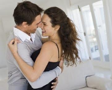 Cara Terbaik Bahagiakan Wanita dengan Memeluknya
