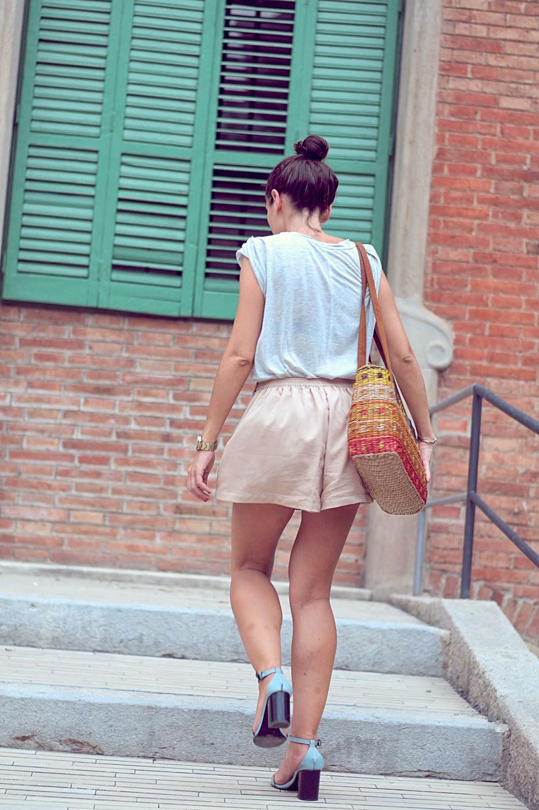 sandalias zara, camiseta zara, shorts pepa loves, bolso pou nou
