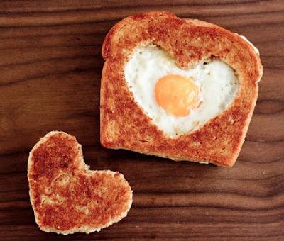 Valentines Day toast with heart and egg 450x383 - Hapjes en lekkers voor Valentijn of moederdag