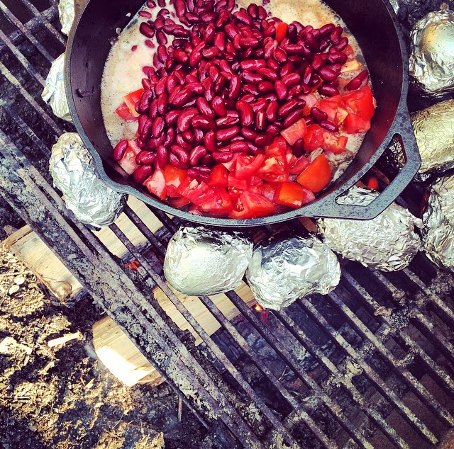 Campfire chilli con carne baked potatoes camping