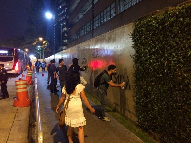 Dilma repudia vandalismo à Veja, mas ataca a revista