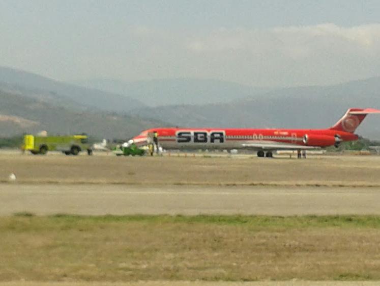 Explota caucho de avión de SBA Airlines en pleno aterrizaje