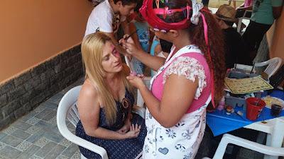 Maria Finalizando a pintura facial de Borboleta.