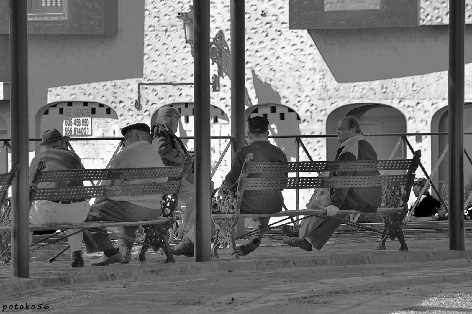 Varios amigos tomando como cada mañana el sol y la sombra Rota