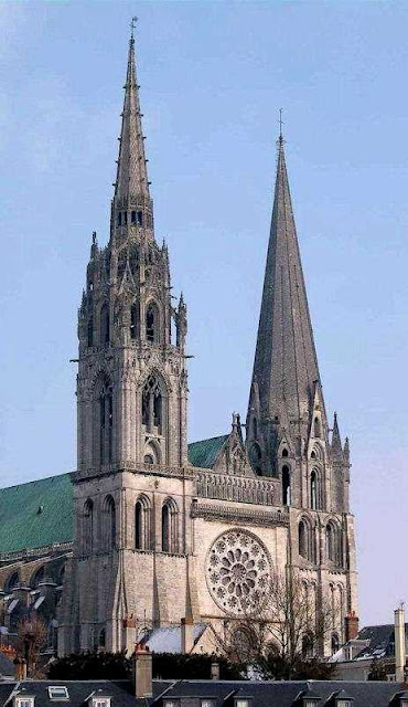 Chartres ostenta a beleza da pedra pura
