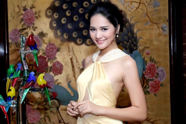 Hoa hậu bới tóc, trang điểm nhẹ nhàng phù hợp với trang phục.