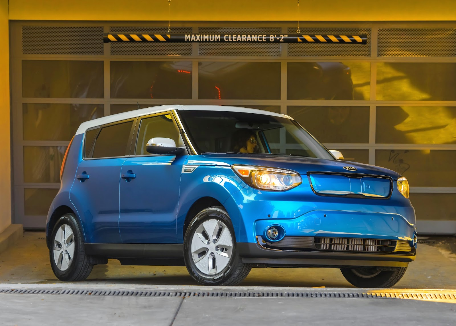 Front 3/4 view of the 2015 Kia Soul EV