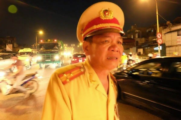 Thượng tá CSGT bật khóc, lưu luyến chia tay người dân Hà Nội