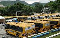 No total, foram entregues 106 ônibus e 91 micro-ônibus para o transporte escolar dos estudantes das redes municipal e estadual de ensino de 90 municípios do Estado do Rio