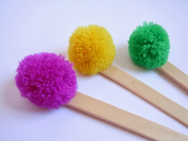 bookmark-pompom-diy-handmade-craft-diyearte-marcapaginas-pompones-manualidades-palos-madera-wooden-sticks