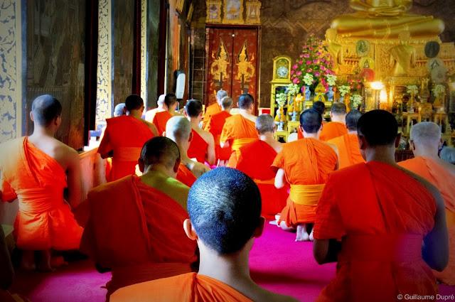 Prière au Wat Arun