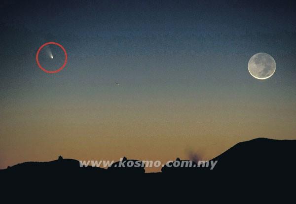 GAMBAR menunjukkan komet Pan-STARRS (dalam bulatan) berada di sebelah bulan sabit dekat Magdalena, New Mexico kelmarin.