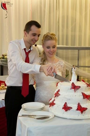 разрязване на сватбена торта от младоженците