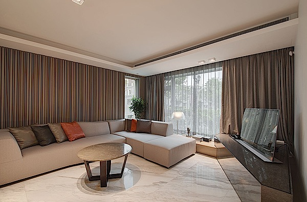 Desain interior hunian minimalis dengan pencahayaan dramatis for Kleuren huiskamer