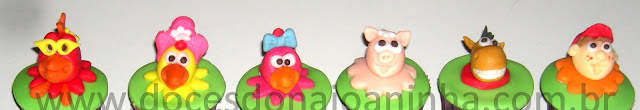 Docinhos modelados e mini cupcakes da Turma do Cocoricó