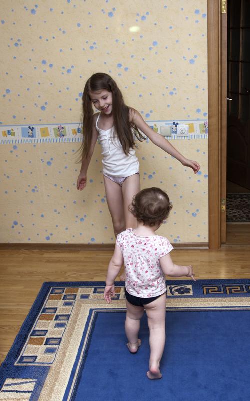 девочки балуются с трусиками
