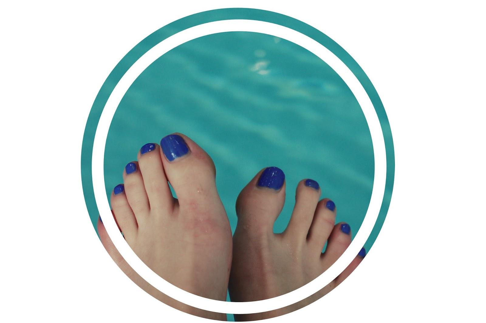 bourjois-vernis-bleu-fabuleux-so-laque-vernis-vinyl-brillant-nailart-manucure-facile-piscine-pied-été