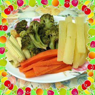 ข้าวโพดอ่อน บรอกโคลี มันฝรั่ง แครอท ในจาน พร้อมที่จะนำไปนึ่ง