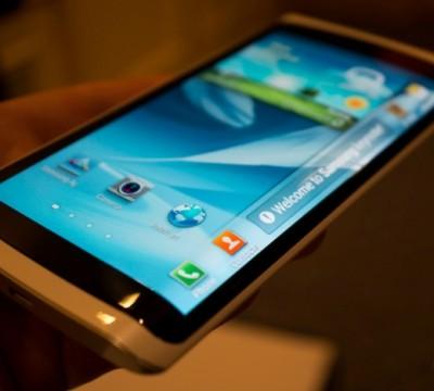 Samsung Garap Smartphone Layar Tiga Sisi