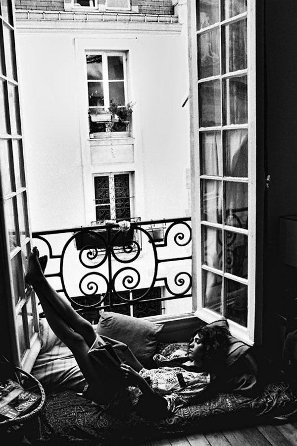 chica leyendo en ventana