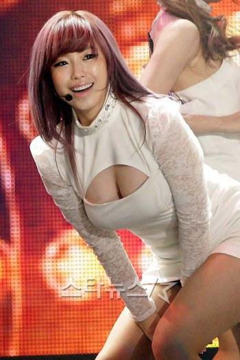 Hot Korea - Seksi Secret Hyosung Pamer Belahan Payudara