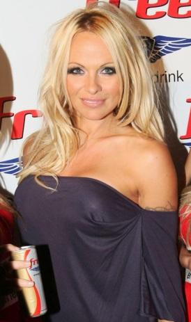 Pamela Anderson sonriendo con cabello lacio