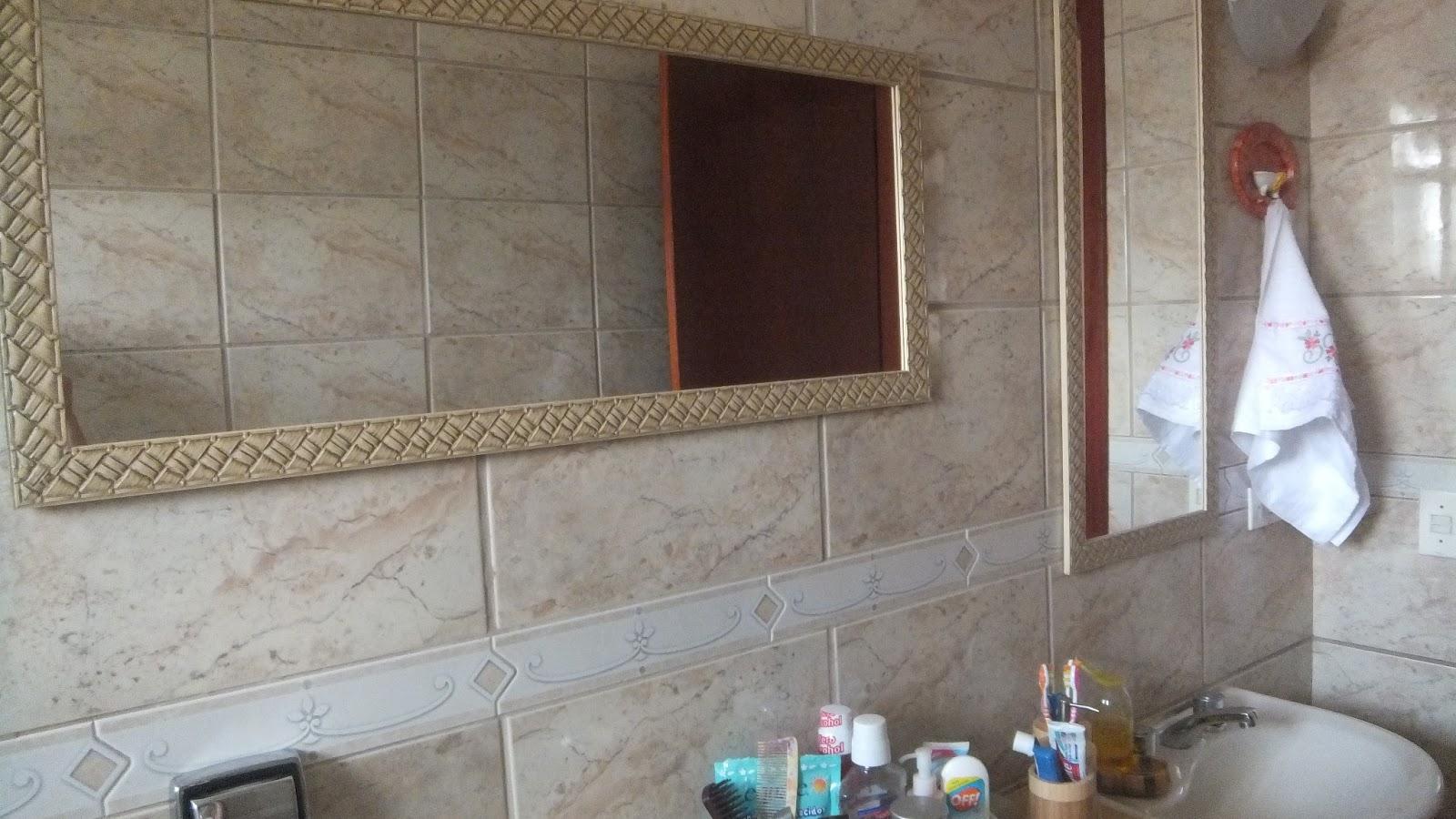 Colocamos nele dois espelhos com as molduras iguais um na horizontal  #416D80 1600x900 Armario Banheiro Rodas