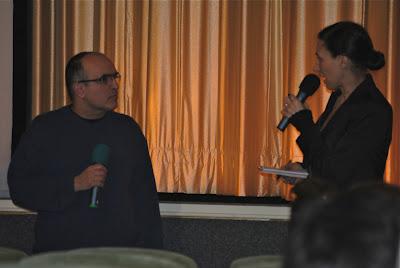 Ein Mann und eine Frau vor dem Kinovorhang