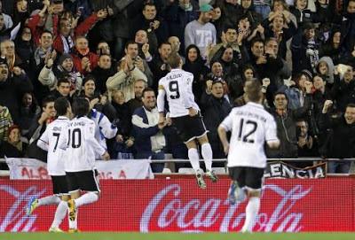 Soldado tras marcar al Sevilla
