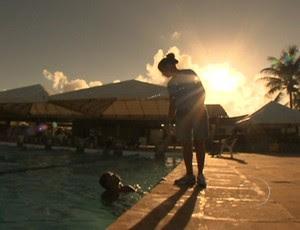 Renan, de 15 anos, vira promessa da natação após vencer problema físico