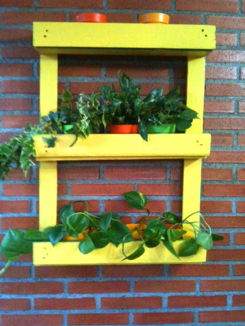 Reciclar un mueble con palets para decorar jardín o terraza